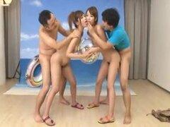 Sexo muñecas fetichista con chicas japonesas. 2 nubiles japonés convertido en muñecas del sexo y poner en poses fijarse por 2 muchachos orientales.