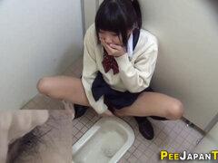 Asiático adolescente se masturba. Asiático adolescente masturba mientras peeing en toilet en leva