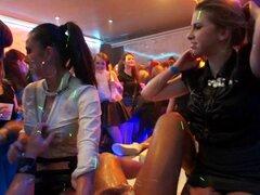 Rubia deliciosa, sacudidas de stripper masculina en una fiesta salvaje club