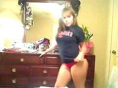 Un adolescente de pelo castaño sacude a su culo grande en frente de la webcam