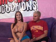 Más caliente estrella porno Trina Michaels en fabulosas tetazas, cine porno brasileño, en esta escena, se van observando a Trina Michaels sentada en el sofá al lado de este hombre viejo, mientras ella no está usando su sujetador, lo que le permite echar u