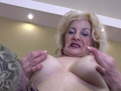 Abuela de saggy tetas se desnuda y masturba su peludo caja - Jarna