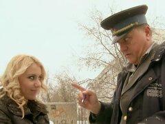 Beaut rubia cabalga un oficial viejo para salir del paso