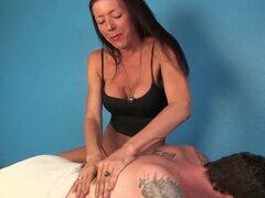 Masajista madura tirando a otro cliente feliz