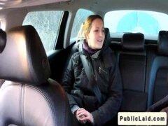 Gordita amateur anal folla en el coche en público