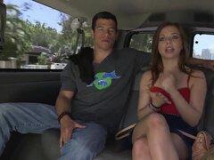 Babe morena guarra provocadora Aurora Monroe con piernas sexy larga resumiendo tentadora falda y tacones consigue en a coche con asquerosos tipos altos y es filmada en primer plano.