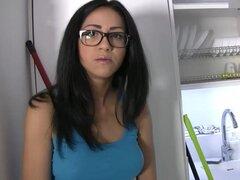 Novia española chupa folladas. Español adolescente chica sexy con gran cuerpo sexy Julia de Lucía hace un sextape con su novio mientras folla duro juntos para poder venderlo por un poco de dinero rápido.