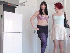 Las niñas hacia el oeste - compañeros de piso lesbianas peludas chupan y dedo mutuamente