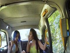 Falso taxista fisting al lado de su cabina al aire libre