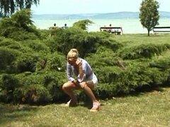 caliente chica rubia meando en la playa