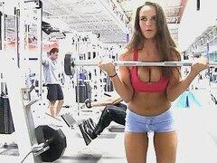 Teal morena muestra su cuerpo sexy en el gimnasio