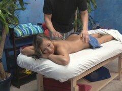 Chica que sopla durante el masaje. Chica soplando a su terapeuta de masaje durante el masaje