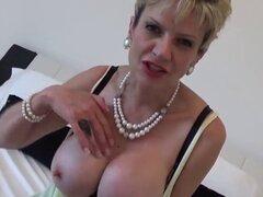 Gill de milf de Reino Unido infiel ellis sale sus melones enormes. Titted grande bisexual casado gill mujer ellis tocamientos sus aldabas grandes y se masturba suave vagina en ropa interior