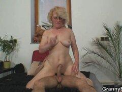 Abuela vieja sola agradar a un semental joven. Vieja abuela follando