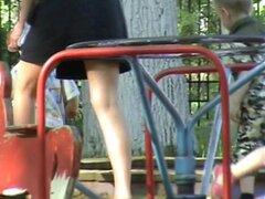 Compilación de tiros al aire libre voyeur con chicas calientes, recopilación de fotos de upskirt voyeur al aire libre con un rápido mirar un par de bragas, una mujer caliente mostrando sus bien formados muslos y culo, bragas blancos en una tienda y un jug
