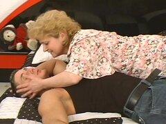 Mujer madura cae sobre dick y rompe su cadera.
