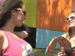 Amateurs lesbianas Lusty sobre patines. Desagradable australiano oro pelo de los dedos al twat sin pelo de su novia después de llegar a casa de patinaje