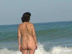 Divertirse en nuestra playa nudista local intermitente mi tetas y coño peludo
