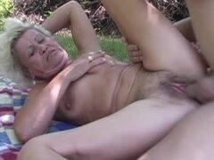 Lasciva abuela Effie tiene sexo con su marido al aire libre