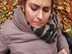 Chica hermosa Emily follada en el bosque
