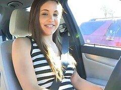 Cachonda jovencita adolescente se pone traviesa mientras sale de paseo en el auto