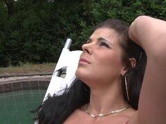 Pornstar exótica en la película de xxx anal, al aire libre más popular, cuando un grupo de podadores de árboles estaban trabajando en el patio de al lado, la morena sexy Lellou suceden a ser tendido al aire libre junto a su piscina con su bikini que mostr