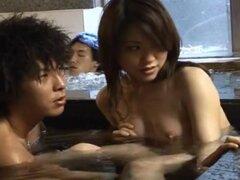Tomomi Michizuki dulce modelo asiático es sexy, Pombagirada asiático poco caliente disfruta de la casa del baño con su chico. Son desnudo y tener un buen rato en la piscina y él decide que van t han sexo ahí mismo en la piscina. Pero ella sale y pone una
