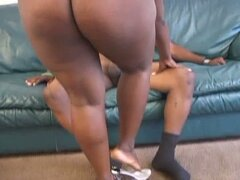 Big momma negra monta una polla negra cachonda