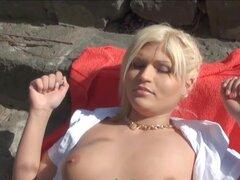 Para tomar el sol belleza rubia chupa y cabalga una polla por dinero, belleza rubia Amateur Kitty ricos baños de sol por el Danubio, este chico despertó en y ofrece dinero para mostrar sus tetas. Ella acepta la oferta y para ganar dinero extra ella aspira