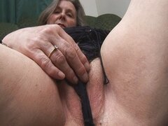 Abuela tetona muestra coño peludo