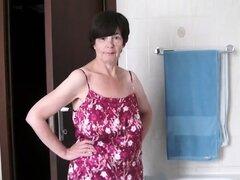 Señora madura apilada expone su cuerpo desnudo en la bañera