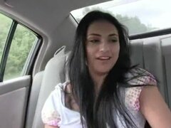 Chicas cachondas comen polla en el coche, entra en la zona de miembros de las chicas cachondas de náuseas dick en coche