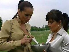 Dos morochas se ponen mojaditas y cachondas manoseándose al aire libre