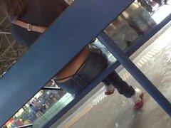 Tanga Slip - parada de autobús, chica espera en el autobús y que bonito tanga negro