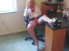 Puma de la abuela caliente en medias de nylon folla a un joven semental