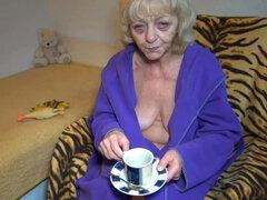 Anciana se masturba después de tener la taza de té