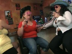 Tres chicos divertirse con chicas gordas
