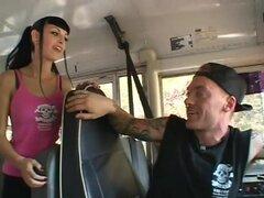 Sexy obsceno pareja amor follando en el Bus, un par de punk rock romper en un autobús escolar en el estilo como se la follan como gatos monteses para arriba en la parte delantera. Esta puta de pelo oscuro es tan caliente como un fuego artificial, y es tan