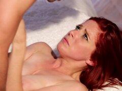 Pelirroja en medias hace increíble mamada a su amante, algunas mujeres nunca están cansadas de tener una gran polla en su boca. En este video porno en hd una pelirroja sexy en medias hace una perfecta mamada a su amante.