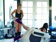 Dos chicas trabajan entonces tienen un trío con su entrenador - Mark Wood, Gracie Glam, Bailey Bae